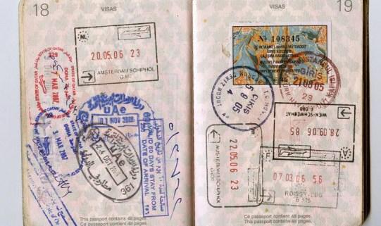 טיפים להוצאת אשרת עבודה / ויזה לרילוקיישן - תמונה של שני עמודי דרכון מלאים בחותמות ממדינות שונות