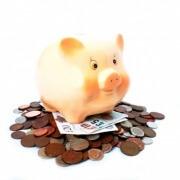 אילוסטרציה של ביטחון פנסיוני במהלך רילוקיישן - קופת חיסכון בצורת חזיר מונחת על ערימת שטרות ומטבעות של פאונד בריטי
