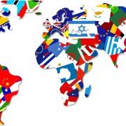 אילוסטרציה - קביעת מדיניות רילוקיישן - ישראל מול שאר העולם - איור של מפת עולם המורכבת מתלאים-תלאים של דגלי מדינות